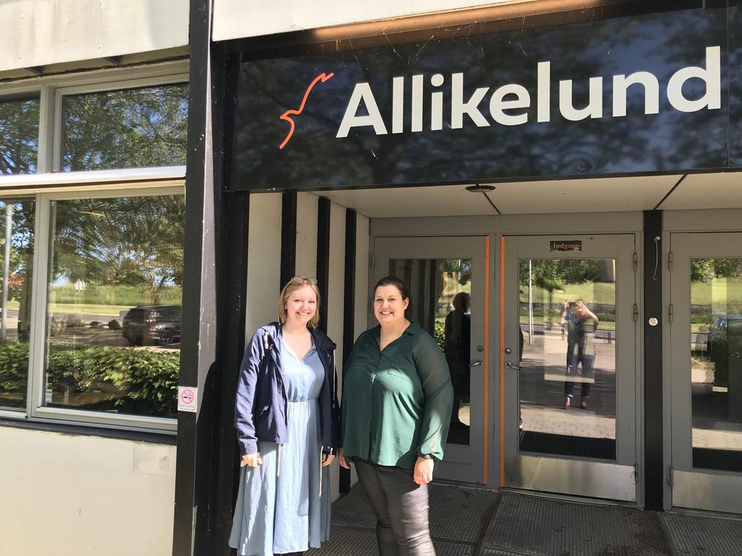 Lea og Kamilla ude foran Allikelund.